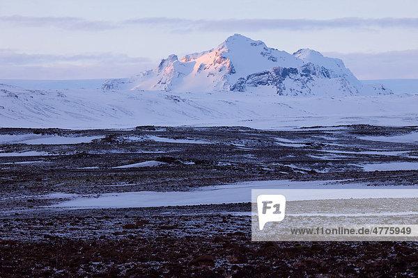 Schneebedeckter Berg im letzten Abendlicht  Island  Europa