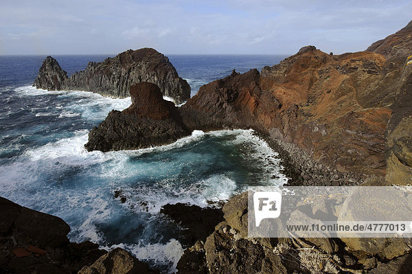 Bucht von Ponta da Barca mit Ilheu da Baleia auf der Insel Graciosa  Azoren  Portugal