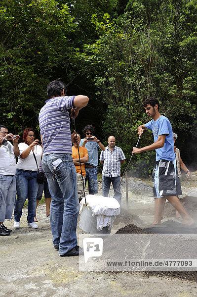 Kochen von Cozido  Eintopf  in vulkanischem Boden beim Lagoa das Furnas auf der Insel Sao Miguel  Azoren  Portugal