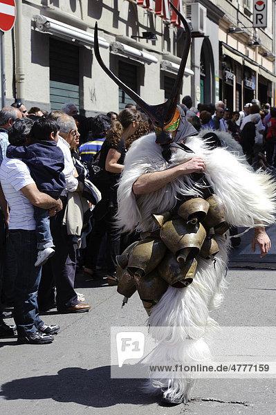 Karnevalsmaske bei der Cavalcata Sarda,  einem großen Umzug von Folkloregruppen aus ganz Sardinien,  in Sassari,  Provinz Sassari,  Nord-Sardinien,  Italien,  Europa