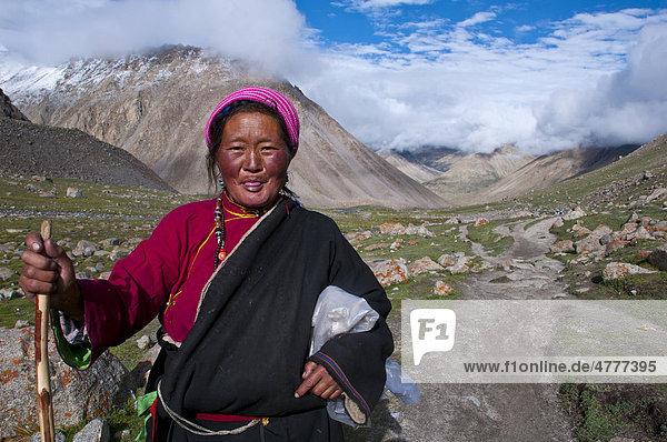 Pilgerin bei der Umrundung um den heiligen Berg Kailash  der Kailash Kora  Westtibet  Tibet  Zentralasien
