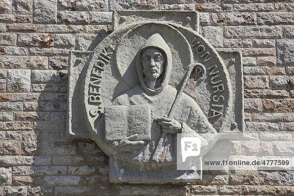 Benedikt von Nursia  Detail an der Benediktinerabtei Münsterschwarzach in Schwarzach  Landkreis Kitzingen  Unterfranken  Bayern  Deutschland  Europa