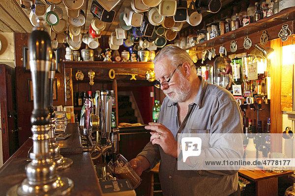 Wirt zapft Bier  Pub Nancy's  Ardara  County Donegal  Irland  Europa