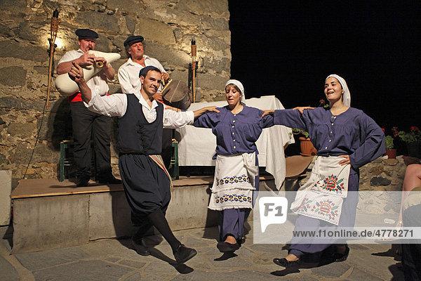 Folkloreabend in der Venezianischen Burg  Naxos-Stadt  Insel Naxos  Kykladen  Ägäis  Griechenland  Europa