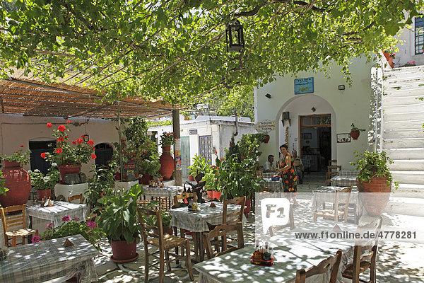 Restaurant im Bergdorf Koronos  Insel Naxos  Kykladen  Ägäis  Griechenland  Europa