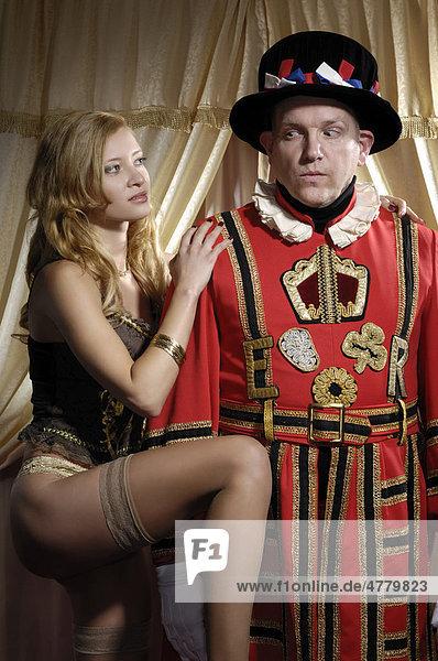 Schöne junge Frau verführt einen Yeoman of the Guard  königlichen Leibgardisten