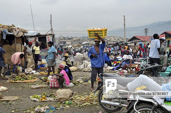 Verkäufer von Lebensmitteln und gebrauchter Kleidung  städtischer Markt Croix Des Bossales im Hafenviertel La Saline  Port-au-Prince  Haiti  Karibik  Zentralamerika