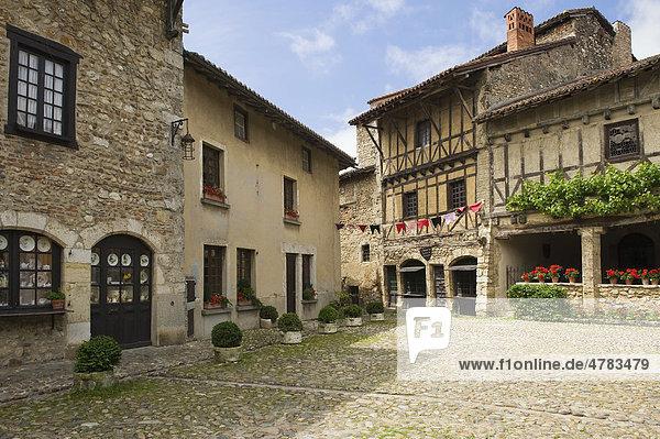 Place de la Halle Markt  mittelalterliche Festung Perouges  Frankreich  Europa