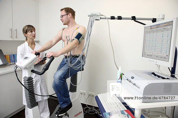 Arztpraxis  Belastungs-EKG  Untersuchung zur Messung der Herzfunktionen bei einem Patienten auf einem Cardiogerät