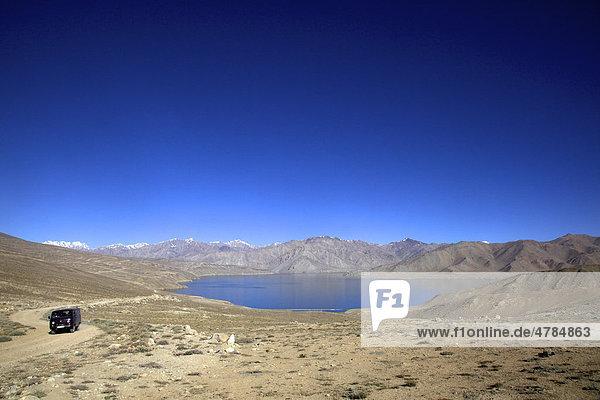 UAZ Gelände Allrad Bus am Yashikul See  Pamir  Tadschikistan  Zentralasien