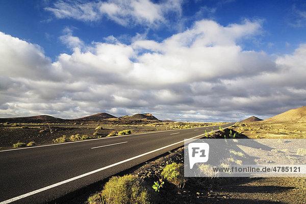 Straße durch den Parque Natural de Volcanos  Lanzarote  Kanarische Inseln  Spanien  Europa Straße durch den Parque Natural de Volcanos, Lanzarote, Kanarische Inseln, Spanien, Europa