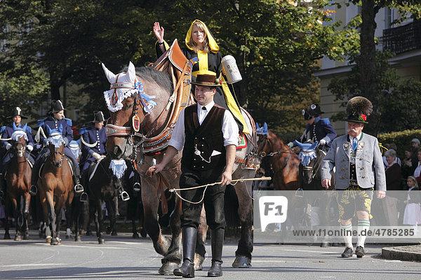 Münchner Kindl mit Maßkrug auf Pferd  Trachtenumzug  Trachten- und Schützenzug zum Oktoberfest  Oktoberfesteinzug  München  Oberbayern  Bayern  Deutschland  Europa