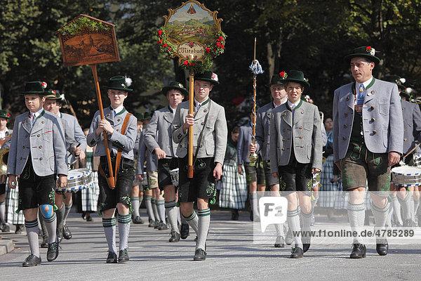 Trachtengruppe aus Miesbach in Oberbayern  Trachtenumzug  Trachten- und Schützenzug zum Oktoberfest  Oktoberfesteinzug  München  Bayern  Deutschland  Europa