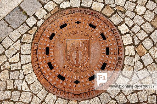 Kanaldeckel mit Stadtwappen der Lutherstadt Eisleben  Sachsen-Anhalt  Deutschland  Europa