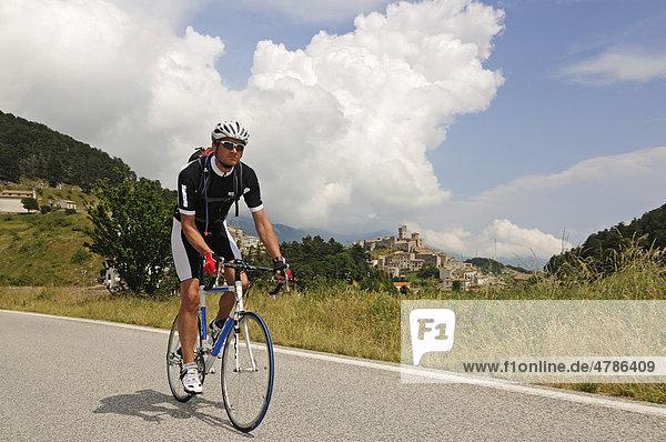 Radfahrer vor Castel del Monte  Monte Prena  Monte Camicia  Gran Sasso Nationalpark  Abruzzen  Italien  Europa