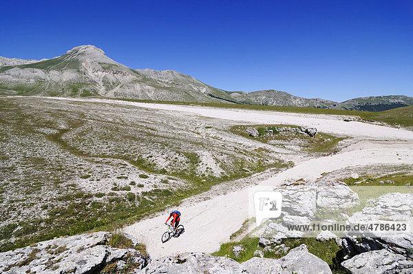 Mountainbiker bei Fonte Vetica  Campo Imperatore  Nationalpark Gran Sasso  Abruzzen  Italien  Europa