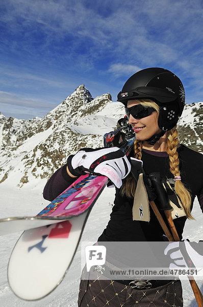 Junge Frau mit Skihelm  Hochstubai  Tirol  Österreich  Europa