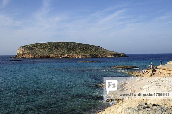Cala Comte mit Insel Conillera  Ibiza  Pityusen  Balearen  Spanien  Europa