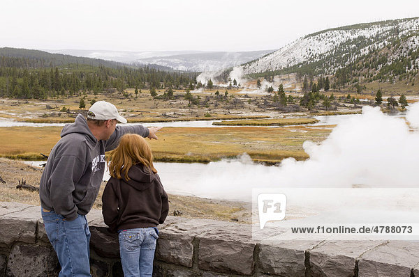 Touristen am Firehole River  Fluss  Yellowstone-Nationalpark  Wyoming  USA