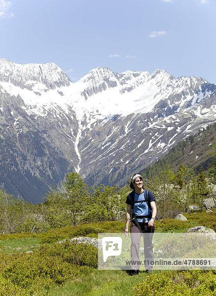 Junge Frau beim Wandern  Wiesen  Berge  in der Nähe von Göschenen  Reusstal  Kanton Uri  Schweiz  Europa Kanton Uri