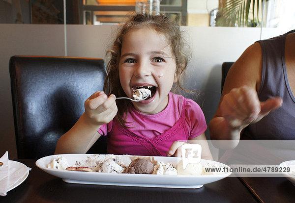 Mädchen isst Eis