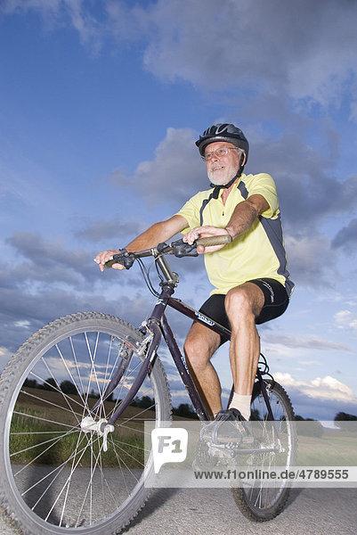 Senior auf Mountainbike  Waldviertel  Niederösterreich  Österreich  Europa