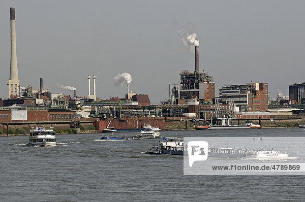 Industrieszene auf dem Rhein am Chempark Krefeld-Uerdingen  Nordrhein-Westfalen  Deutschland  Europa