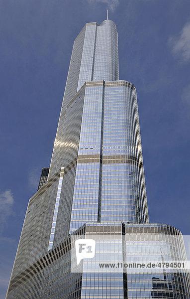 Blick vom Chicago River auf Trump International Tower  Loop  Chicago  Illinois  Vereinigte Staaten von Amerika  USA