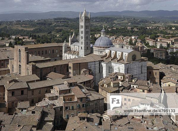 Blick auf Siena mit Kathedrale Santa Maria Assunta  Siena  Toskana  Italien  Europa