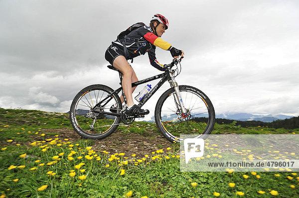 Evi Sachenbacher-Stehle  Goldmedaillengewinnerin von Vancouver  beim Mountainbike-Training auf der Eggenalm  Reit im Winkl  Bayern  Deutschland  Tirol  Österreich  Europa