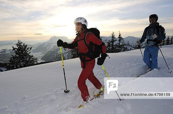 Skifahrer auf Skitour auf Steinplatte  Reit im Winkl  Chiemgau  Oberbayern  Deutschland  Europa