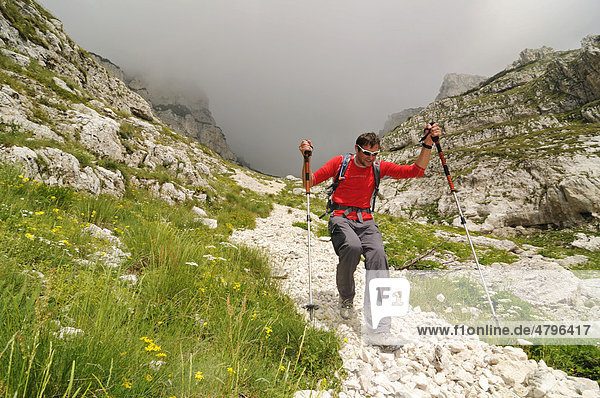 Bergsteiger beim Abstieg vom Monte Amaro  Caramanico Terme  Majella-Nationalpark  Abruzzen  Italien  Europa