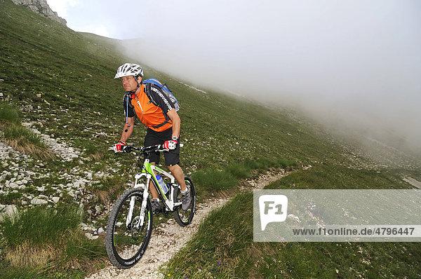 Mountainbiker am Corno Grande  Campo Imperatore  Nationalpark Gran Sasso  Abruzzen  Italien  Europa