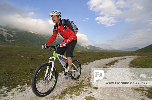 Mountainbiker bei Scindarella  Campo Imperatore  Nationalpark Gran Sasso  Abruzzen  Italien  Europa