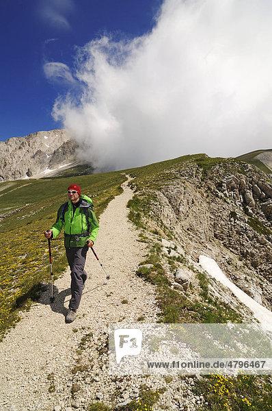Bergsteiger am Corno Grande  Campo Imperatore  Nationalpark Gran Sasso  Abruzzen  Italien  Europa