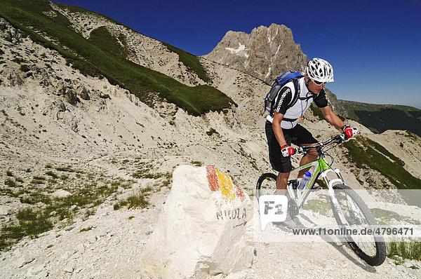 Mountainbiker am Corno Grande bei Casale San Nicola  Campo Imperatore  Nationalpark Gran Sasso  Abruzzen  Italien  Europa