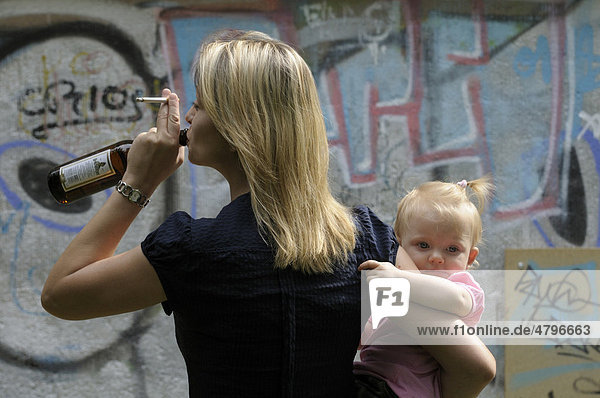 Junge Frau mit Bierflasche und Zigarette  Mädchen  2 Jahre