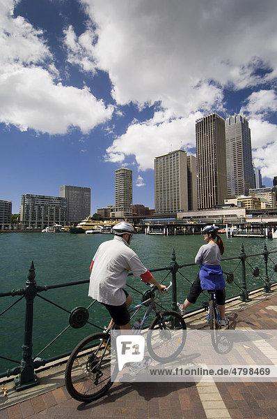 Radfahrer mit Blick auf Sydney  Bundesstaat New South Wales  Australien