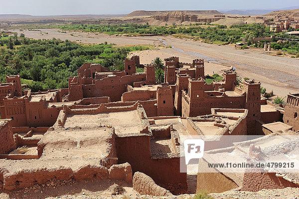 Dächer und Kasbahs  Wohnburgen der Berber  und Flussbett  Ksar Ait Benhaddou  befestigtes Lehmdorf  Südmarokko  Marokko  Afrika