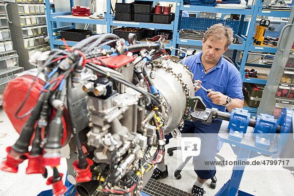 Triebwerkbau bei der MTU Aero Engines  Arbeiter bei Produktion von Triebwerken für den Kampfhubschrauber TIGER  München  Bayern  Deutschland  Europa