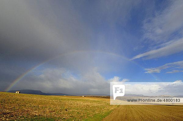 Regenbogen über einer Landschaft  Region Auvergne  Frankreich  Europa