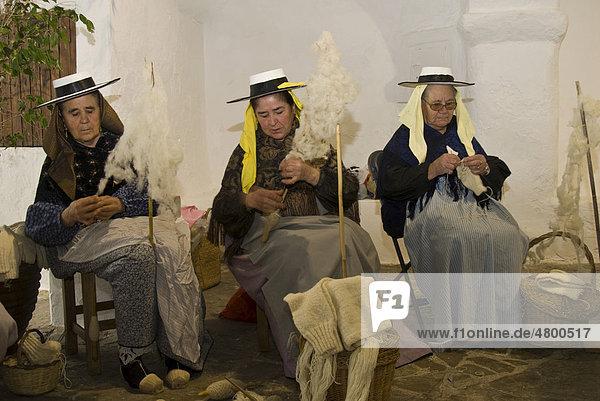 Ältere Frauen in traditioneller Tracht spinnen Wolle  Ibiza  Spanien  Europa