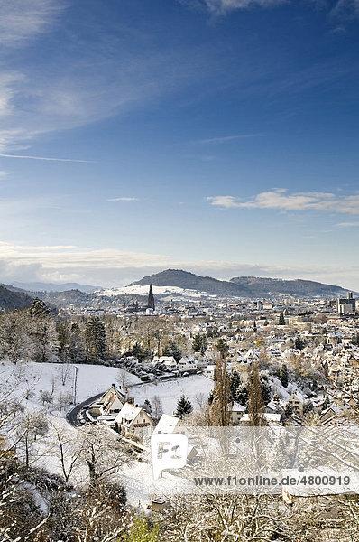 Winterliches Panorama von Freiburg im Breisgau  Baden-Württemberg  Deutschland  Europa