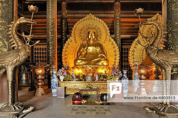 Buddhastatue  die größte und schwerste Bronzestatue Vietnams in der Pagode Chua Bai Dinh  zur Zeit Baustelle  wird eine der größten Pagoden Südostasiens  Umgebung von Ninh Binh  Vietnam  Südostasien