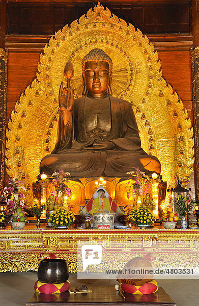 Goldene Buddhastatue auf der Baustelle der Pagode Chua Bai Dinh  wird eine der größten Pagoden Südostasiens  bei Ninh Binh  Vietnam  Südostasien