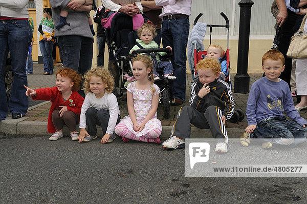 Typisch irische Kinder schauen beim Stadtfest zu  Birr  County Offaly  Midlands  Republik Irland  Europa