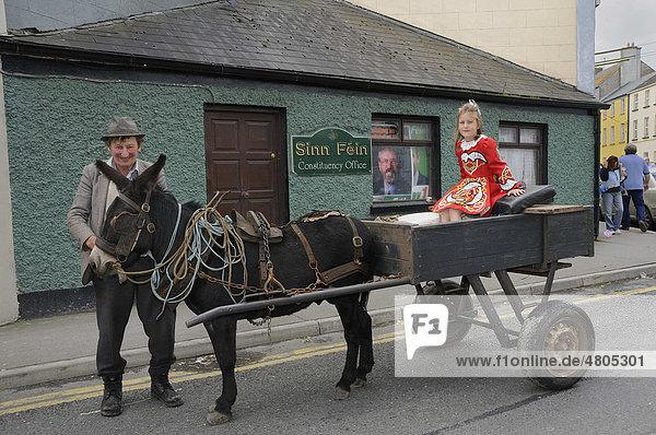 Alter Bauer und Kind in neokeltischer Tracht auf einem traditionellen Eselskarren vor Sinn FÈin Parteibüro  irisch-republikanische Partei  Birr  Offaly  Midland  Irland  Europa