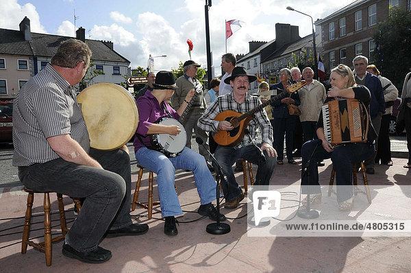 Iren musizieren gemeinsam  irische Folklore beim Fleadh Cheoil 2009  größtes Folk-Musikfest in Tullamore  County Offaly  Midlands  Republik Irland  Europa