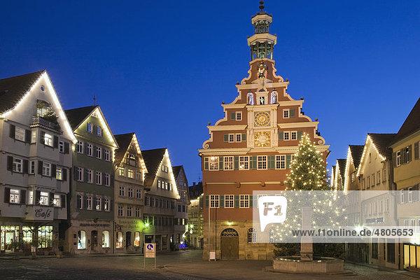 Altes Rathaus mit Fachwerkensemble in der Weihnachtszeit  Esslingen am Neckar  Baden-Württemberg  Deutschland  Europa