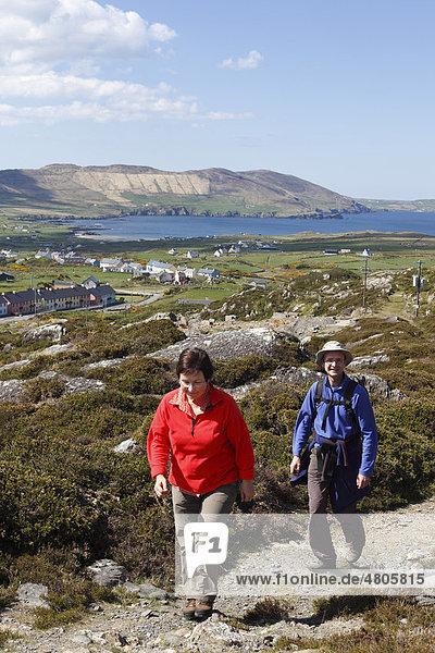Wanderer,  Allihies,  Slieve Miskish Mountains,  Beara-Halbinsel,  County Cork,  Irland,  Britische Inseln,  Europa